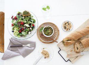 Salat mit frischen Kräutern